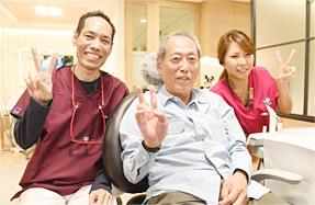 患者様、スタッフと笑顔の院長